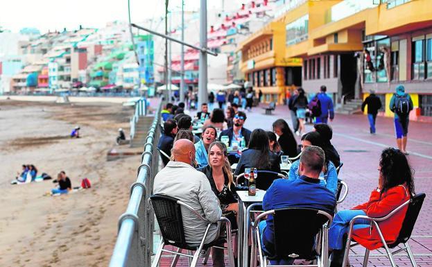 Clientes en una terraza en Las Canteras, en la capital grancanaria.
